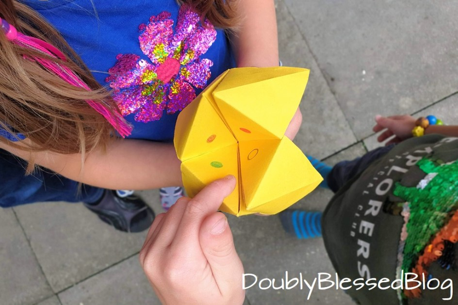Ein Schnipp Schnapp oder Himmel und Hölle Faltspiel wird von Kindern gespielt.