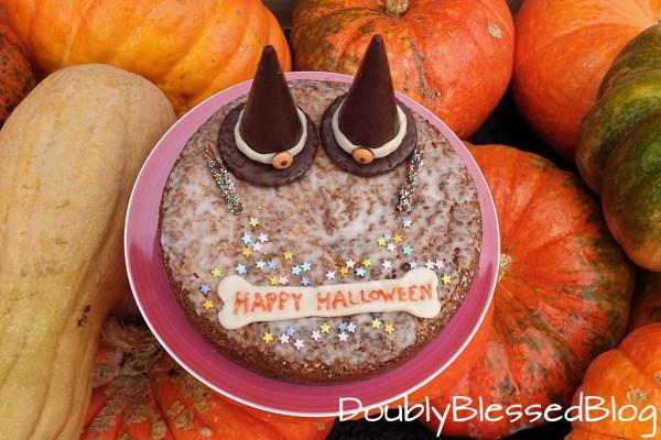 Halloweeen Torte mit Hexenhut, Zauberstab und Knochen