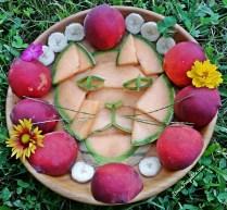 Chat en fruits - melon, pêche, banane et fleurs