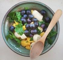 Salade de raisins, mangue, mini-bananes et épinards