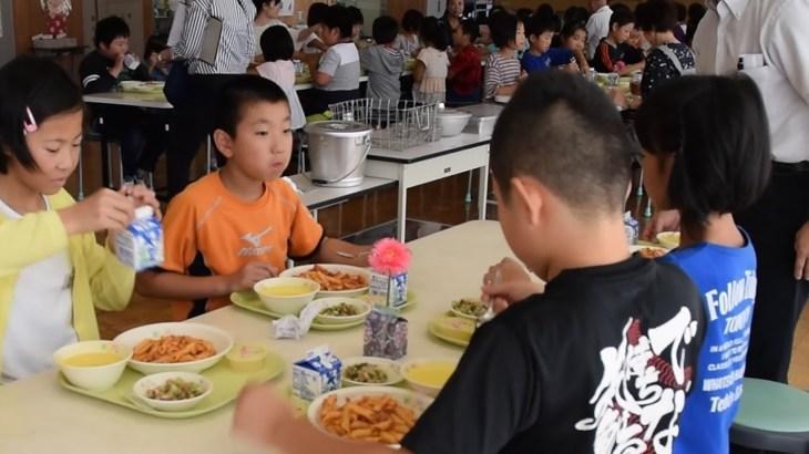 シェフの味、給食に 小学生「すごい」 山形・鮭川村