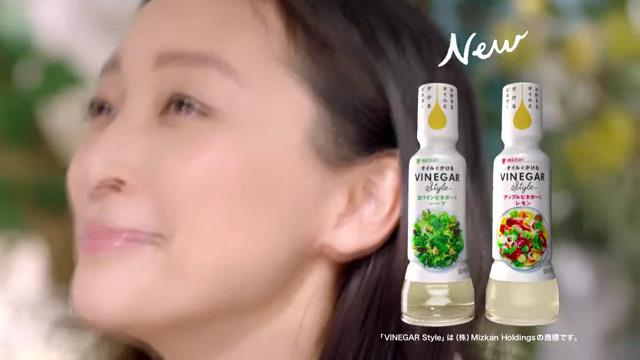 杏 原田夏希 が出演する ミツカン VINEGAR Style(ビネガースタイル)  のCM「二人でサラダ」篇。
