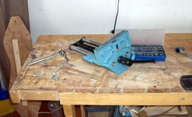 Taking off the quick-release vise