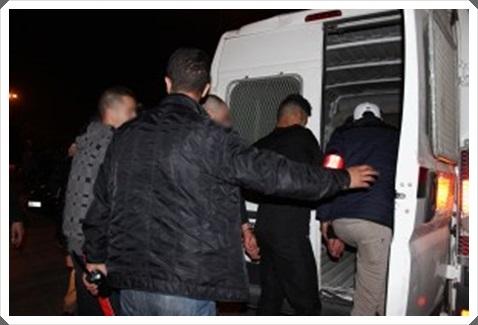 3 أشخاص يحتجزون سيدة داخل شقتها من أجل السرقة باستعمال مفاتيح مزورة يوجدون تحت أيدي عناصر الشرطة القضائية