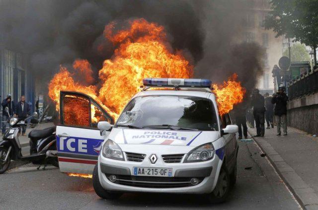 2048x1536-fit_voiture-police-incendiee-contre-manifestants-marge-rassemblement-contre-haine-anti-flics-17-mai-2016-paris