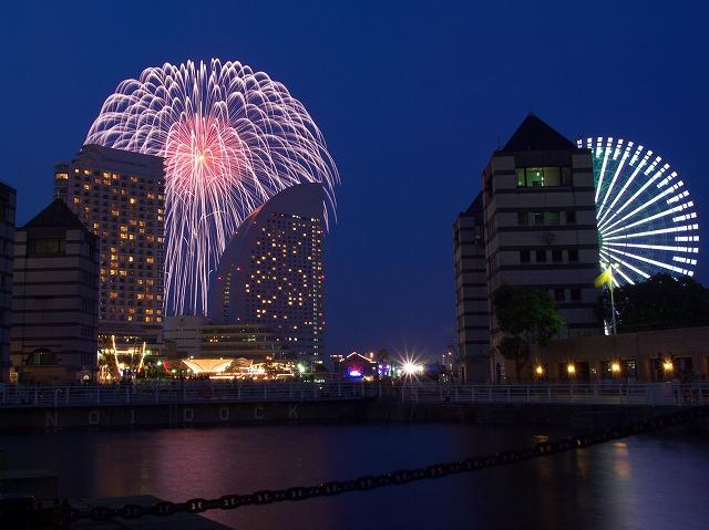 神奈川新聞花火大会部屋から花火