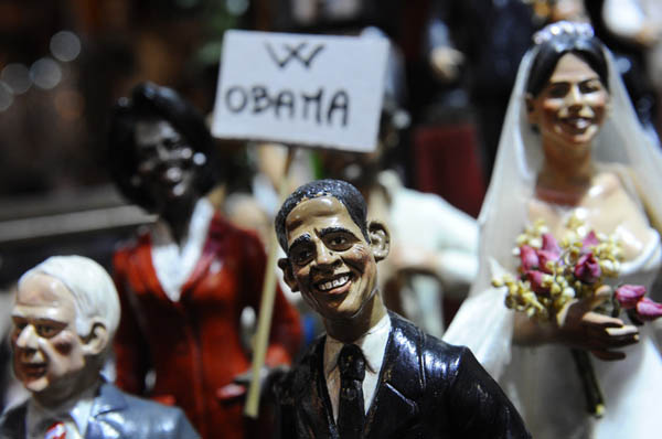 Could not miss the statue of neo U.S. President Barack Obama. The artisan Genny Di Virgilio has realized that, he worked by hand also pictures of his wife Michell