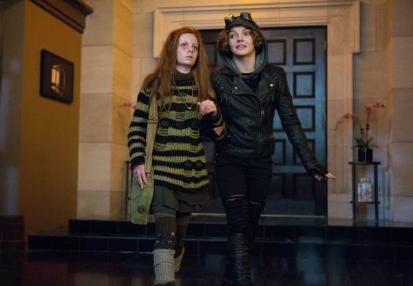 Clare Foley as Ivy Pepper and Camren Bicondova as Selina Kyle in Gotham: Rogues' Gallery