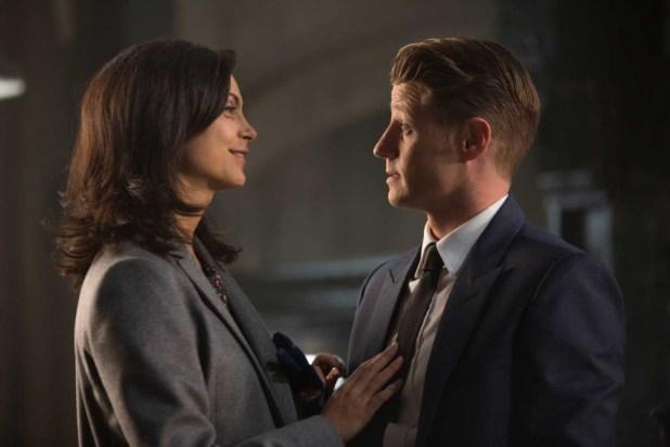 Dr. Leslie Thompkins (Morena Baccarin) and James Gordon (Ben McKenzie)