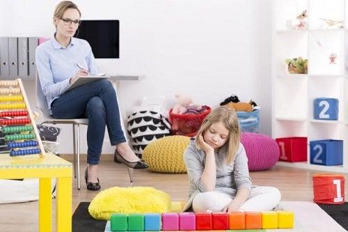 Copil manifestând simptomele sindromului Asperger