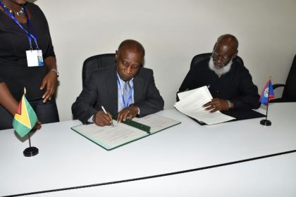Guyana and Belize Foreign Affairs Ministers signing the agreement on trade and other matters
