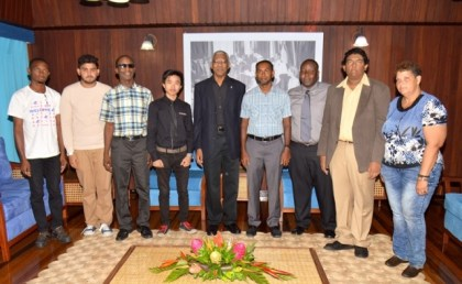 President David Granger is flanked by the members of the Guyana Chess Federation, who paid a courtesy call on him at the Ministry of the Presidency.