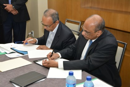 Head of the Private Sector Commission, Mr. Edward Boyer (left) and Director General of TERI , Dr. Ajay Mathur sign a Memorandum of Agreement to work on renewable energy initiatives