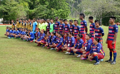 The Kamarang (burgundy and blue) and Waramadong (yellow and blue) male and female football teams, along with the match officials.