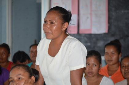Resident of Assakata Nafissa Daniels, raising an issue with Minister of Indigenous Peoples' Affairs, Sydney Allicock and his team during a community meeting
