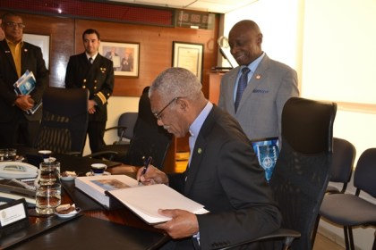 President David Granger signs the guest book at the Complex of Technical Maritime at Valparaiso at the conclusion of the meeting.