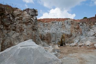 The precariously perched rocks and un-cleared overburden at the Durban Quarries