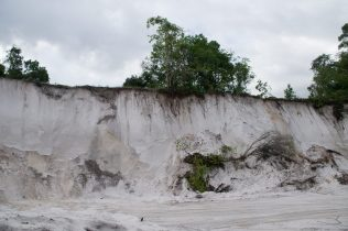 The sheer drop sand pit with unstable overburden at Five Mile