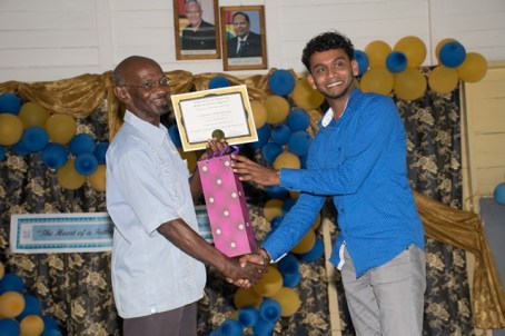 One of the Fathers, Bunty Singh, receiving a token from the REO (reg. 5)