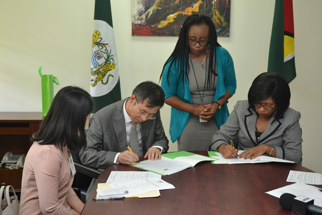 Dr. Barbara Reynolds and Mr. Chen Xilai signing of the MoU.