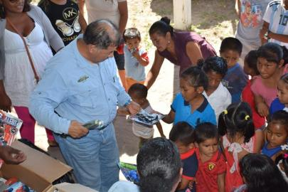 Minister of Indigenous Peoples' Affairs, Sydney Allicock distributing toys at Aranaputa Village, Region Nine.