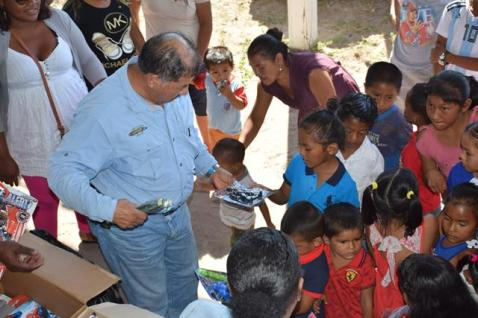 Minister of Indigenous Peoples' Affairs, Sydney Allicock distributing toys at Aranaputa Village, Region Nine.