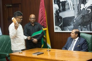 Newly elected Mayor of Georgetown, Pandit Ubraj Narine taking the oath of office before Prime Minister, Moses Nagamootoo.
