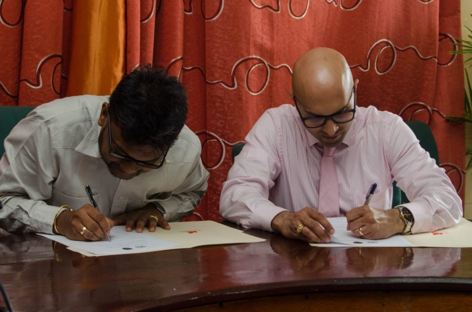 Mayor and GCCI President signing the MOU