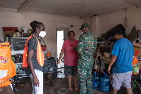 Director-General of the Civil Defense Commission (CDC), Lieutenant Colonel, Kester Craig, speaking with affected residents.
