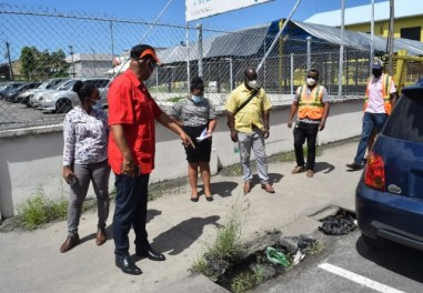 Minister Edghill expressing dissatisfaction over the drainage in Georgetown