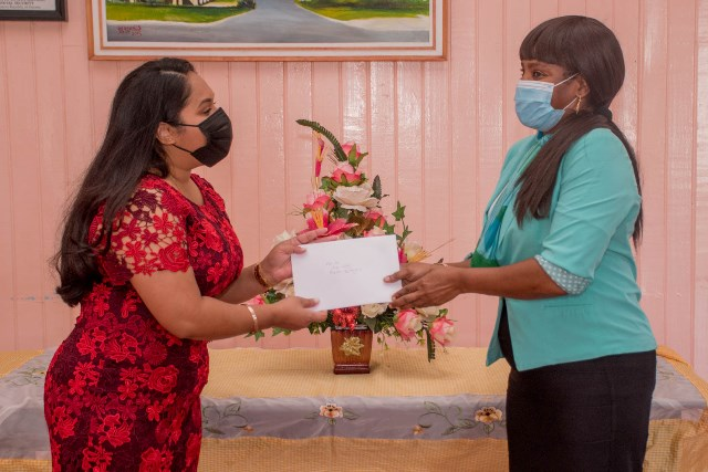 First Lady, Mrs. Arya Ali receives a thank you card from Administer of the Palms, Ms. Samantha Douglas at the close of her visit.