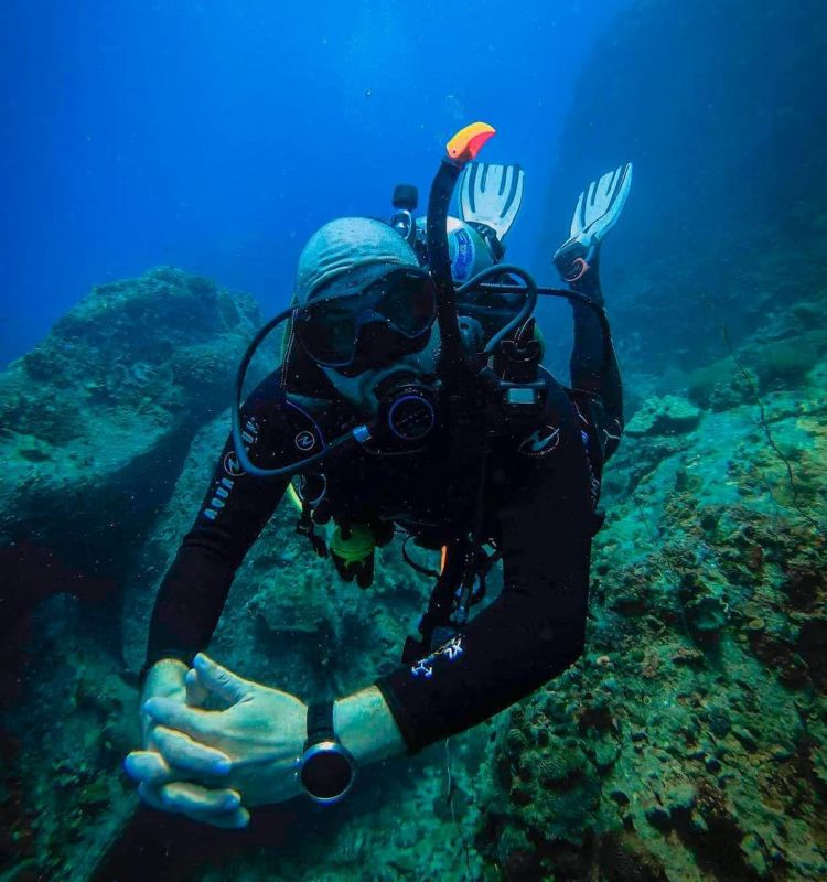 diver with perfect buoyancy