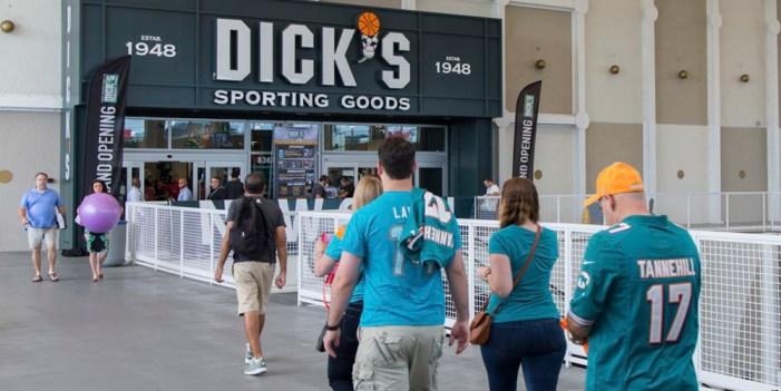 Waltmart y Dick's no venderán armas a menores
