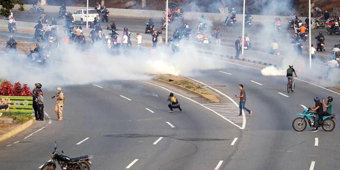 Venezuela tensa jornada de enfrentamientos entre militares y opositores