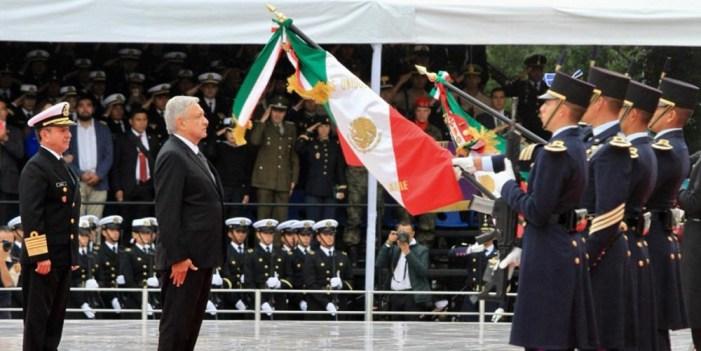 López Obrador monta guardia de honor a Niños Héroes