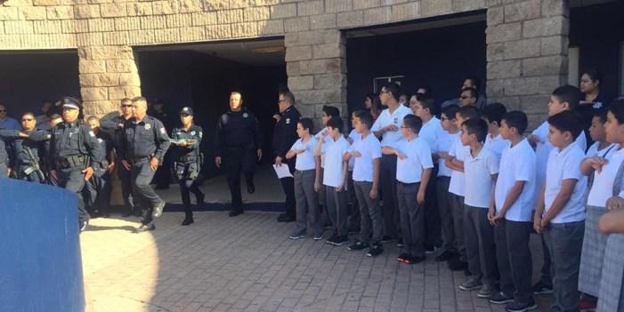 Estudiantes y agentes de Seguridad Pública rinden honores al Lábaro Patrio