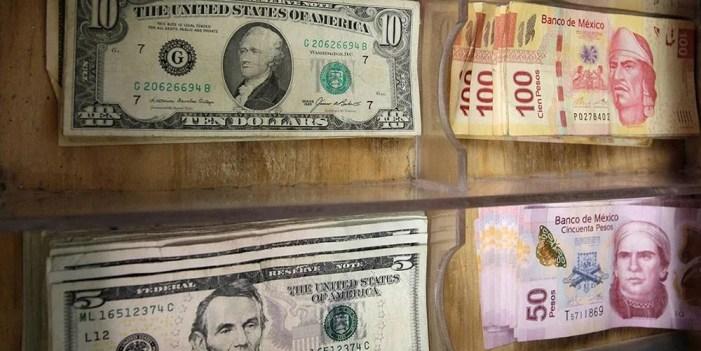 Se devalúa peso frente al dólar
