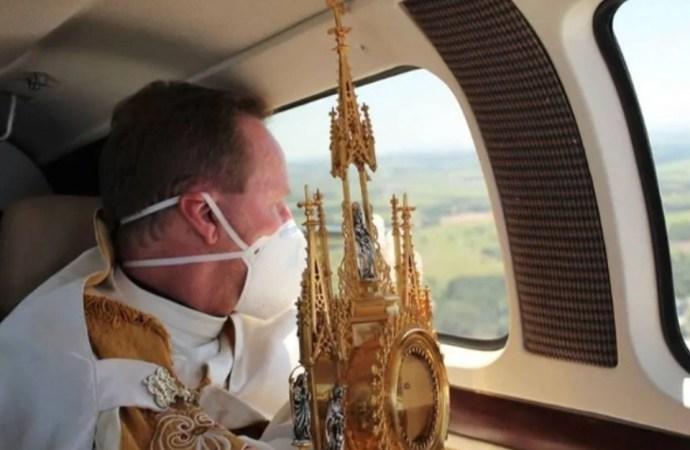 Padre sobrevoa cidades jogando água benta contra coronavírus