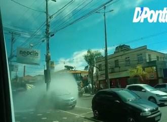 Vídeo: Pedestres desatentos são atingidos em desinfecção pelas ruas de PG nesta segunda (6)