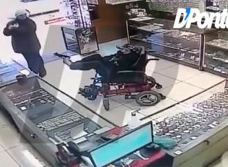 Vídeo: Armado com pistola no pé, cadeirante mudo é preso ao tentar assaltar relojoaria