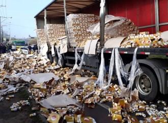 Parte da carga de caminhão que transportava cerveja tomba próximo a Curitiba