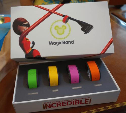 リゾート宿泊の場合、MagicBandはこのような化粧箱に入っている。年間パスポートユーザーは箱が異なる