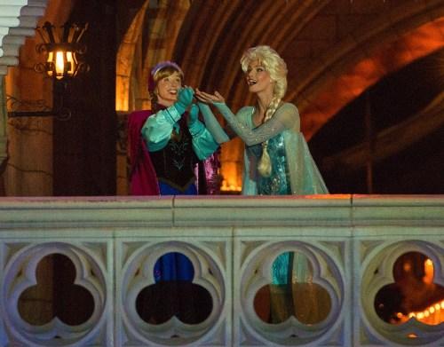 アナとエルサ (c)Disney