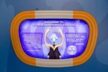 「スティッチ・エンカウンター」ロビーのポスター/銀河連邦の議長 (c)Disney