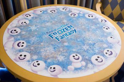テーブル (c)Disney