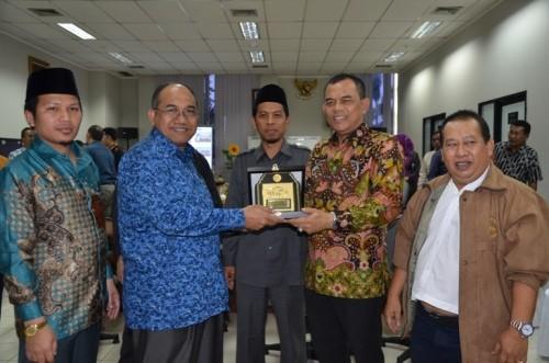 Wakil Ketua DPRD Provinsi Banten, SM Hartono memberikan cinderamata kepada Pimpinan DPRD Provinsi NTB