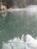 熱氣蒸騰的溪流