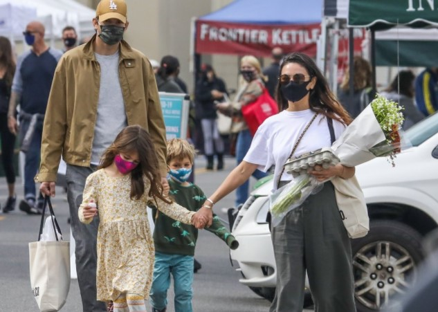 Mila y Ashton - El extraño hábito de Mila Kunis y Ashton Kutcher con sus hijos a la hora de bañarlos