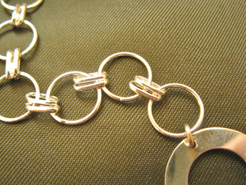 Unusual design with double links between the rings