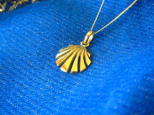 Beautiful open design scallop shell pendant